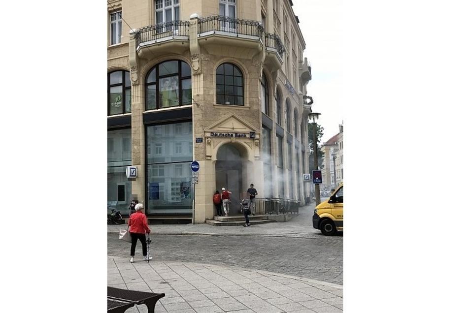 Am Donnerstagmittag sorgte diese Rauchsäule aus der Deutschen Bank-Filiale in Görlitz für Irritation.
