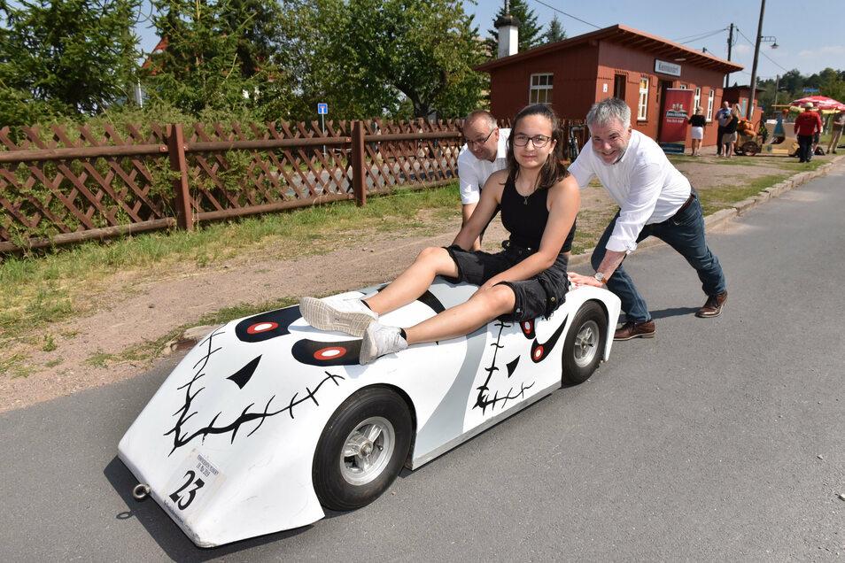 Vanessa Schumann bekommt Starthilfe von Thomas Käfer (li.) und Freitals Oberbürgermeister Uwe Rumberg.