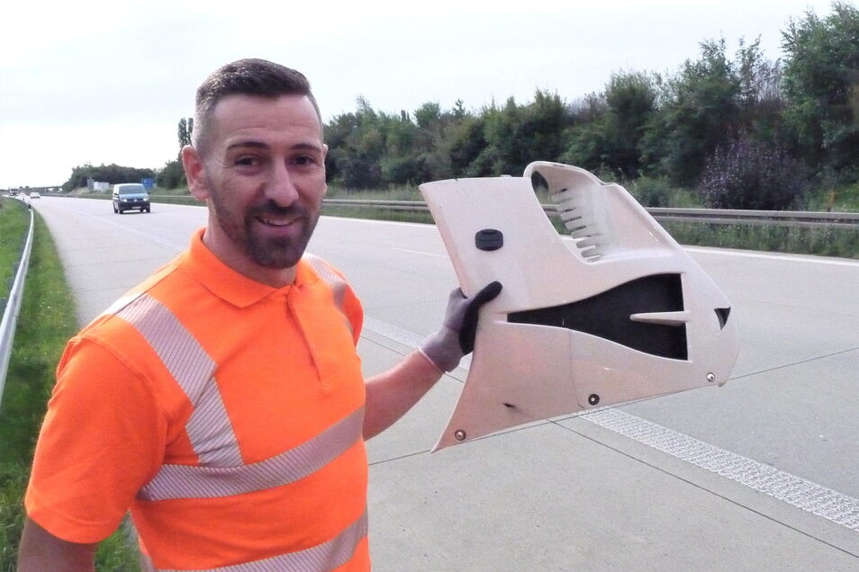 Im Sprint von der Überholspur gesammelt: Streckenwart Oliver Hayde mit dem Fragment einer Motorradverkleidung.