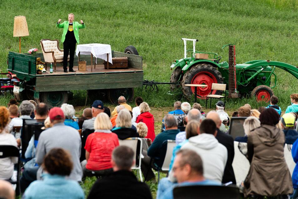 Maxens neue Naturbühne auf dem Feld: Uwe Steimle hat sie am Sonntag eröffnet.