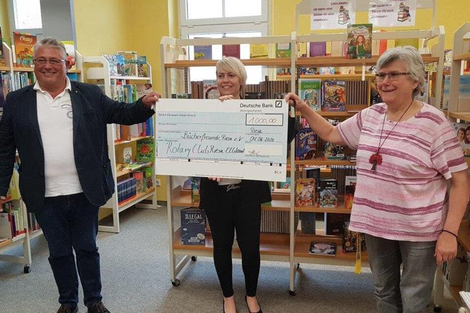 Der Rotarier-Club Riesa-Elbland überreichte jetzt eine 1.000-Euro-Spende an den Förderverein der Riesaer Bibliothek.