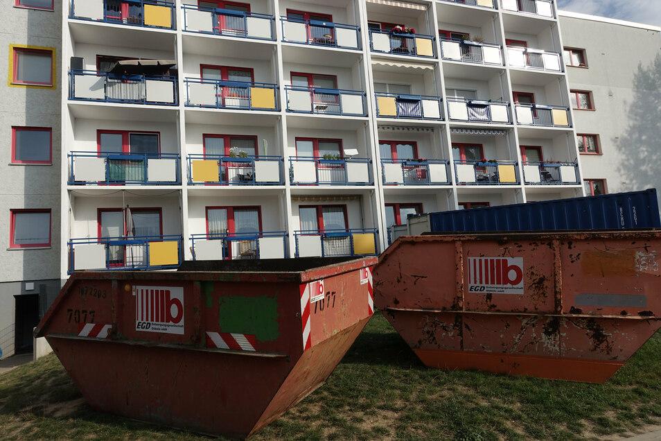 Bei der Sanierung fällt jede Menge Müll an. Hinter dem Brandhaus stehen die Container. Hier waren vor zwei Wochen viele Bewohner mit Drehleitern von ihren Balkonen geholt worden.