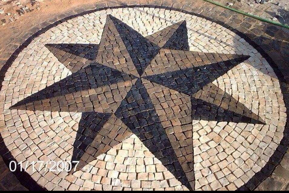 Dieses Mosaik hat Luis Mendes geschaffen.