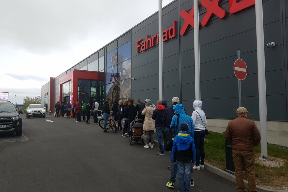 Vor Fahrrad-XXL in Kaditz warteten die Kunden schon vor der Öffnung am Vormittag.