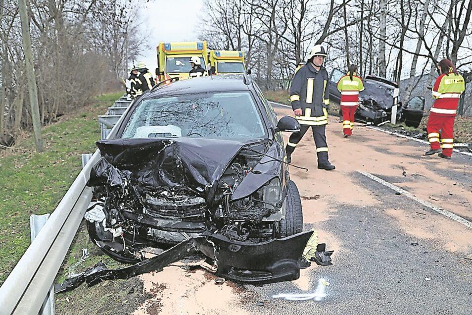 Bei dem schweren Unfall am Sonntag kamen zwei Menschen ums Leben, zwei weitere wurden verletzt.
