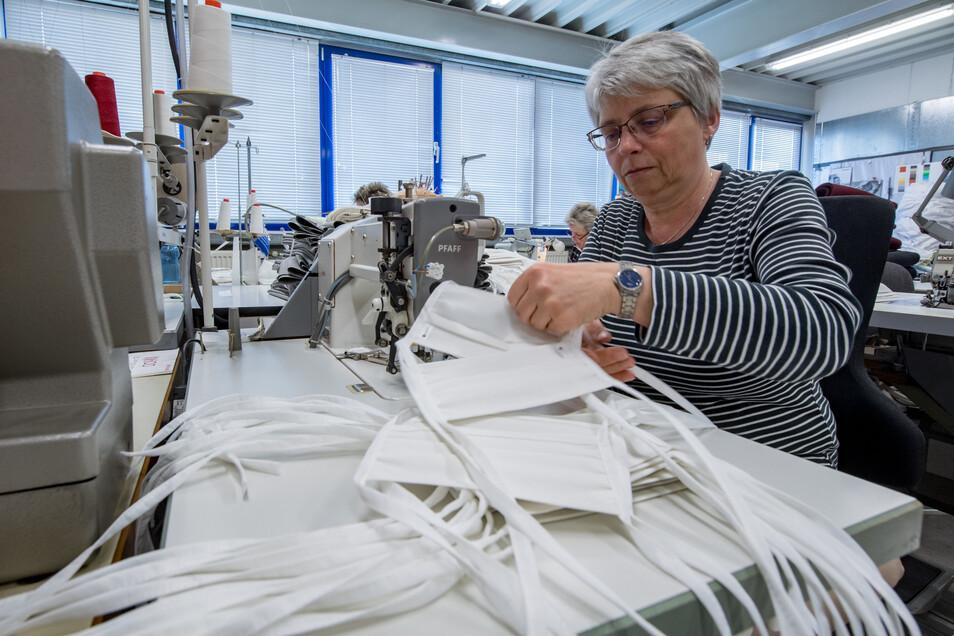 Eine Mitarbeiterin des Textilunternehmens Brändl in Geyer näht Mundschutzmasken. Die Masken bestehen aus einem antibakteriellen Stoff, in dem Fäden aus reinem Silber eingewebt sind.