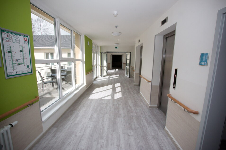 Die Gänge sind hell und lichtdurchflutet. Auf jeder Etage befindet sich ein Balkon im Erdgeschoss eine Terrasse.