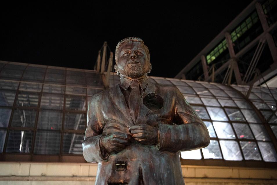 Eine Statue am Berliner Hauptbahnhof zeigt den Entertainer Klaas Heufer-Umlauf. Das Denkmal hat ein Loch auf der Höhe des Herzens, das Passanten mit Mitbringseln ausfüllen sollen.