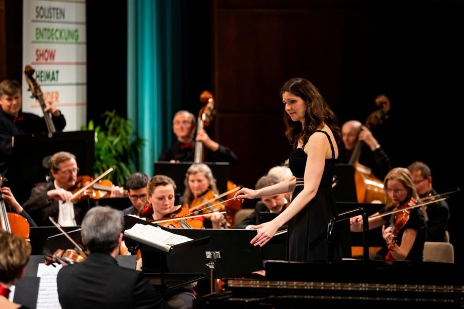 Dirigentin Eva Meitner motivierte ihr Sinfonisches Orchester Hoyerswerda vor ausverkauftem Haus zu einer Glanzleistung.
