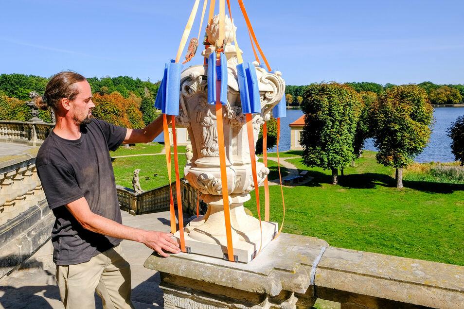Bildhauer Tillmann Richter aus der Großenhainer Firma Natursteinbetrieb Hartmut Witschel hat die Vase aus einem 500-Kilo-Sandsteinblock geformt.