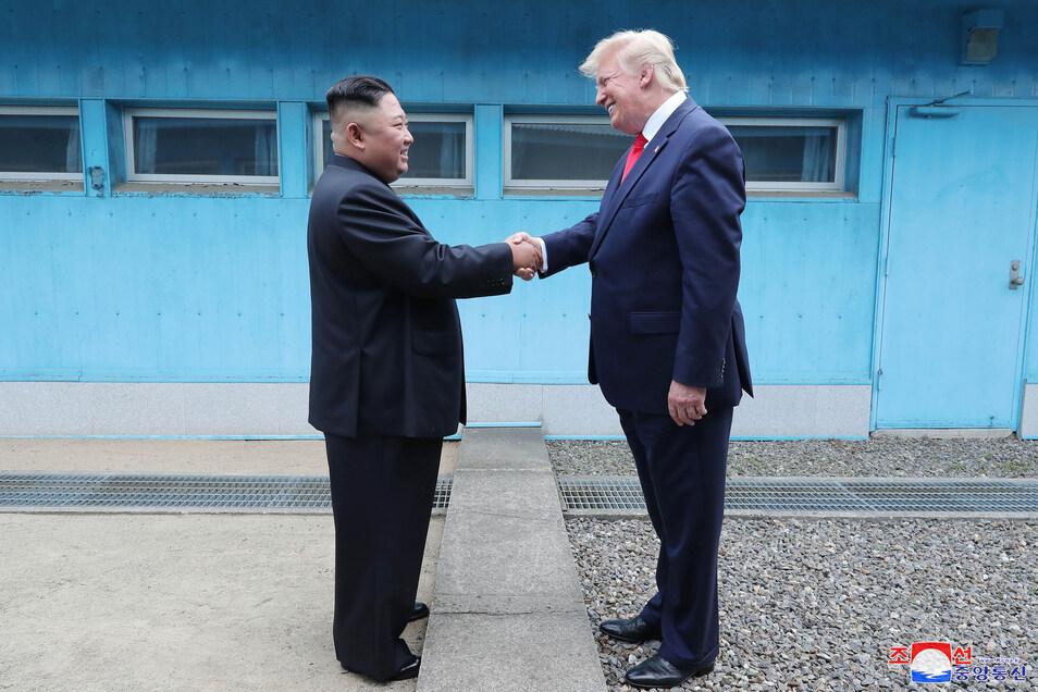 Kim Jong Un (l) und Donald Trump hatten bei ihrem Treffen in der Demilitarisierten Zone in Korea neue Gespräche zur Abrüstung vereinbart.