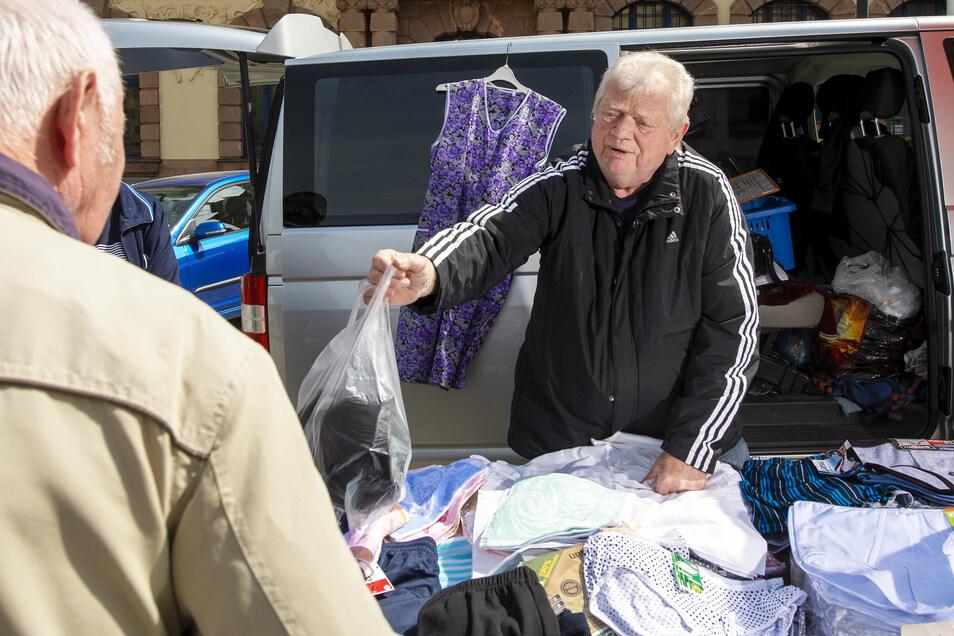 Textilhändler Wolfgang Bürger hatte am Freitag seinen Stand auf dem Wochenmarkt in Geringswalde aufgeschlagen. Hier ist das möglich, was in Döbeln nicht erlaubt ist.