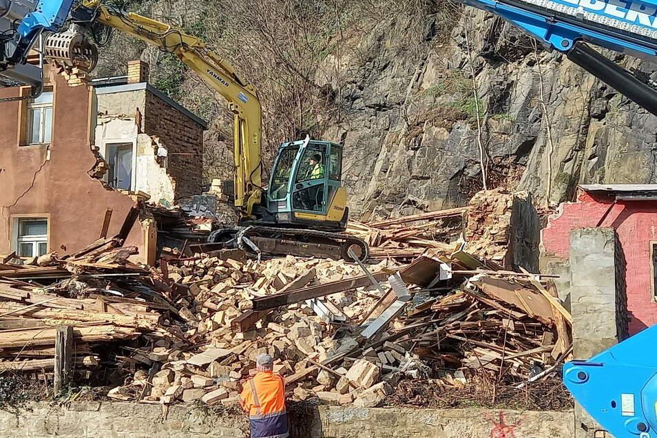 Die herrenlose Ruine im Kamenzer Herrental wurde durchs Landratsamt aus Sicherheitsgründen abgerissen. Vor Ort verbleibt zunächst ein Schutthaufen voller Abbruchmaterialien.