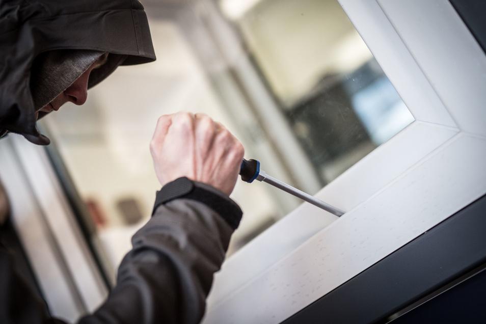Einbrecher sind durch ein Fenster in ein Geschäft in Dresden-Plauen eingestiegen.