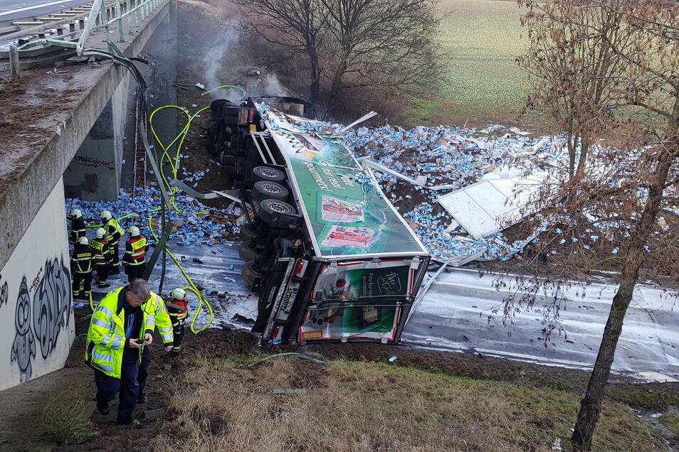 Der tschechische Laster ist quer über der S 32 zwischen Pommlitz und Simselwitz liegengeblieben, nachdem er die Leitplanke durchbrochen und von der Autobahnbrücke gestürzt war. Der Fahrer wurde dabei getötet.