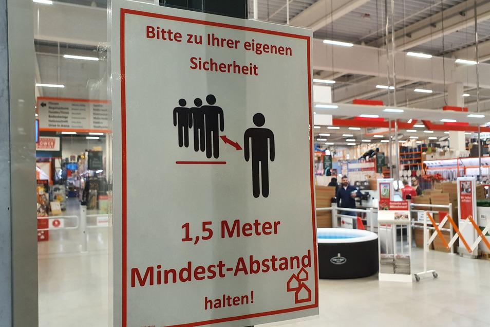 Auch im Bauhaus-Baumarkt in Dresden-Nickern wird auf den Mindestabstand hingewiesen.