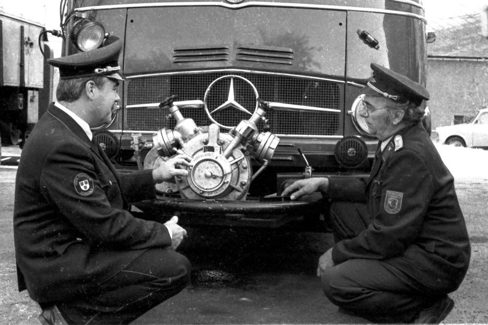 Die Wehrleiter Alois Schönweger und Günter Richter (re.) beim Fachsimpeln: Ein Mannschaftstransportwagen hat 1993 den Weg ins Osterzgebirge gefunden.