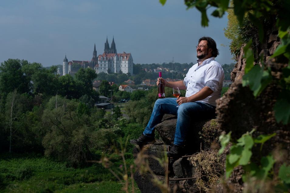Der Meißner Winzer Andreas Kretschko hat gut Lachen: Endlich geht das normale Geschäft wieder los. Sein Wein reift mit besten Aussichten – zum Beispiel auf die Albrechtsburg.