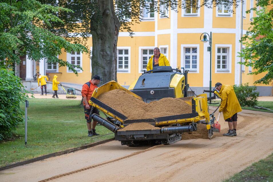 Die Firma SLB aus Bautzen erneuert die Parkwege rund um das Schloss in Kreba mit einer schlesischen Wegdecke.