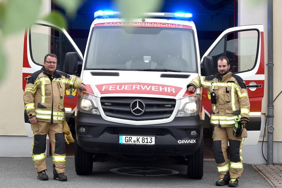 Wehrleiter Hagen Kettmann (links) und sein Sohn und Stellvertreter Holger mit dem Einsatzleitfahrzeug, das die Wehr jetzt abgeben muss.