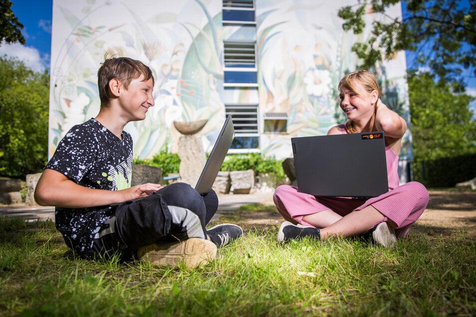 Malwin und Emaly sind zwei der Schüler, die an der 138. Oberschule in Gorbitz nun mit einem Laptop lernen können.