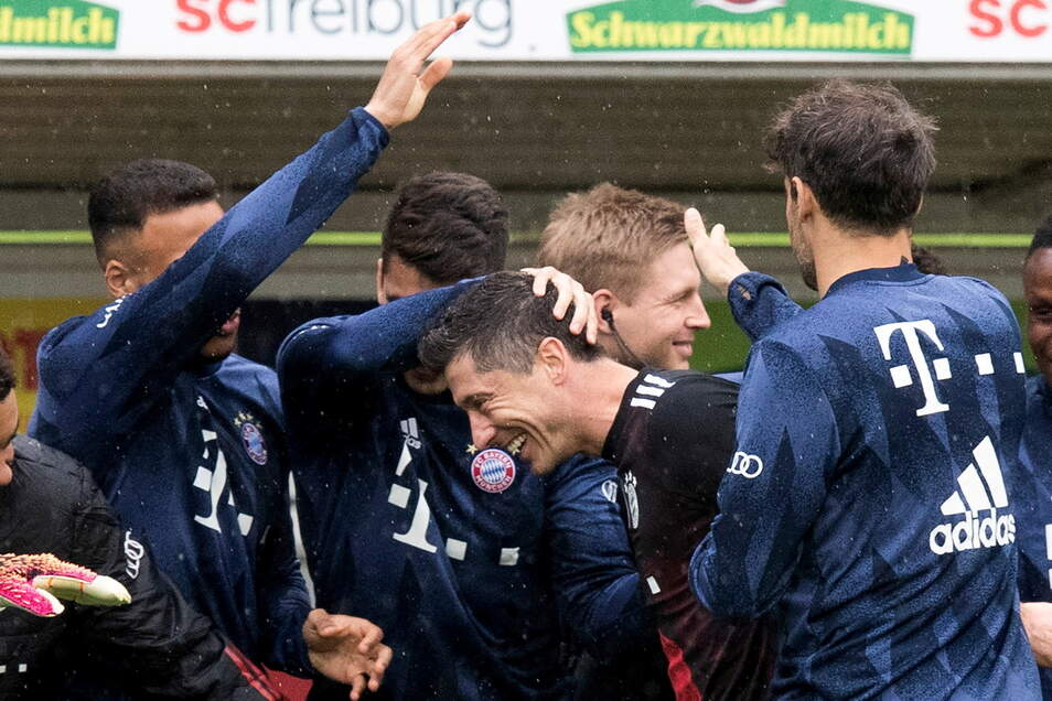 Münchens Robert Lewandowski jubelt nach seinem Tor zum 0:1 mit der Mannschaft.