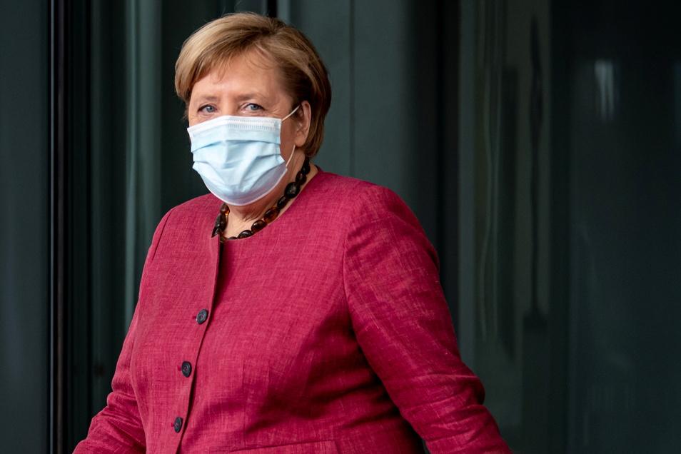 Kanzlerin Angela Merkel (CDU) regiert noch geschäftsführend. Sie ist besorgt über den Anstieg der Corona-Zahlen.