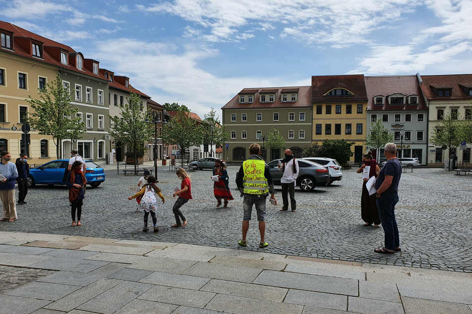 Am Radeberger Markt protestieren am Sonntag mehrere Menschen dagegen, dass ihre Grundrechte wegen der Corona-Epidemie eingeschränkt werden.
