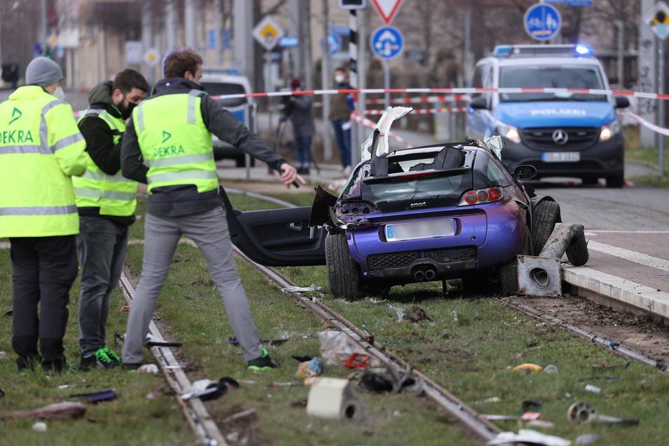 Sachverständige stehen an der Unfallstelle in Leipzig. Hier war ein Auto in eine Menschengruppe gefahren.