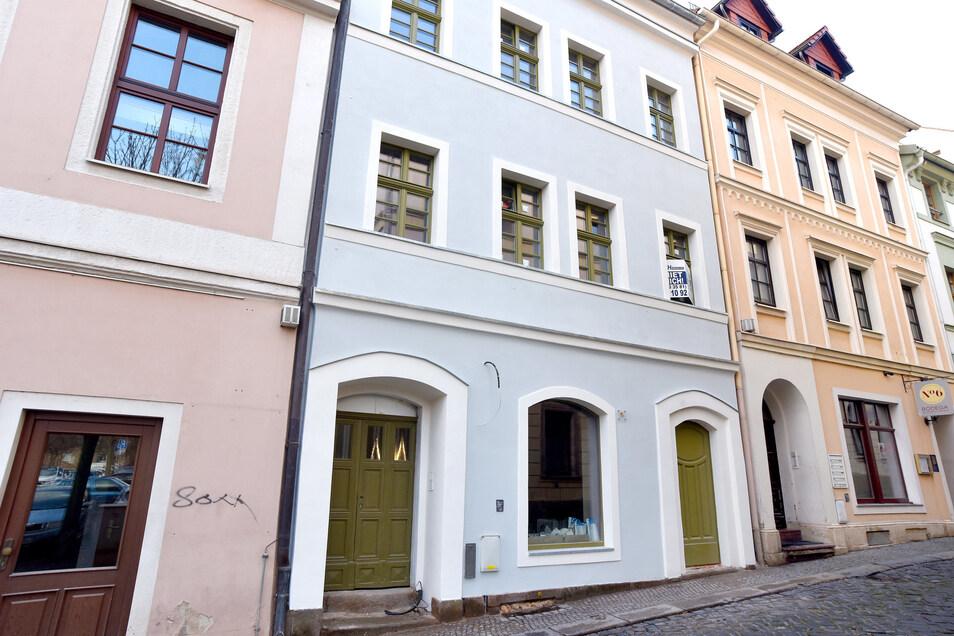Der letzte Schandfleck im Viertel glänzt wieder mit heller Fassade und grünen Türen und Fenstern: die Schulgasse 8 ist bald bezugsfertig.