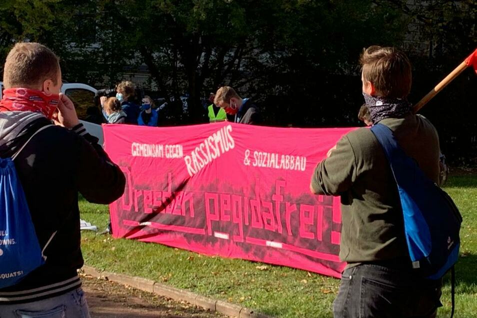 Am Mittag hatten bereits Vertreter der Linke, der Grünen und des DGB vorm Dresdner Landgericht demonstriert.