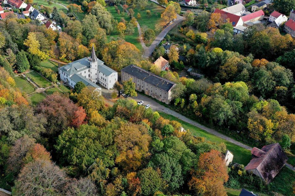Das Schloss Nöthnitz bei Bannewitz von oben. Im Schlosspark wird am Sonntag ein Gottesdienst gefeiert.