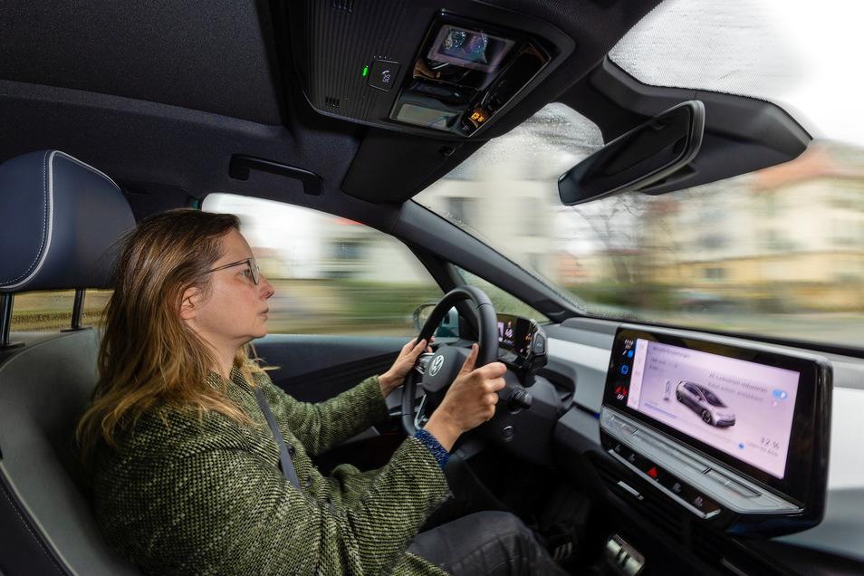 """SZ-Redakteurin Nora Miethke am Steuer des VW ID.3: """"Wenn Mama schreit, hast du einen Wunsch frei."""""""