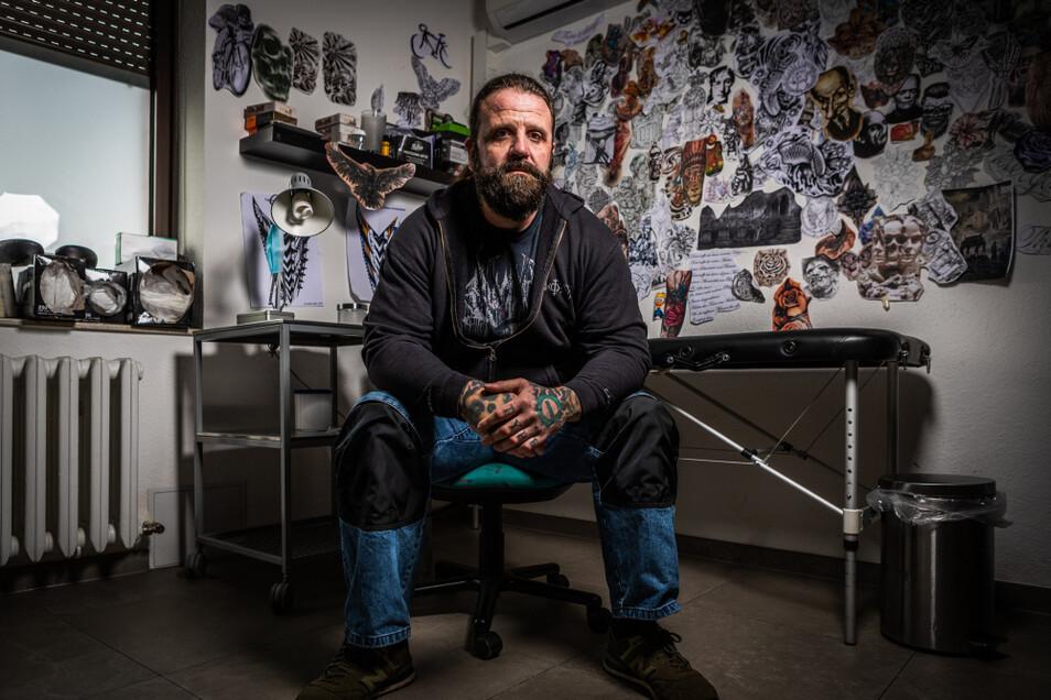 Hier behandelt Heiko Weber in seinem Tattoo-Studio Pain'ter sonst Kunden, gerade erinnern nur die Zeichnungen an die Tätigkeit. Er hofft, bald wieder tätowieren zu können. Sonst muss vielleicht ein Nebenjob her.