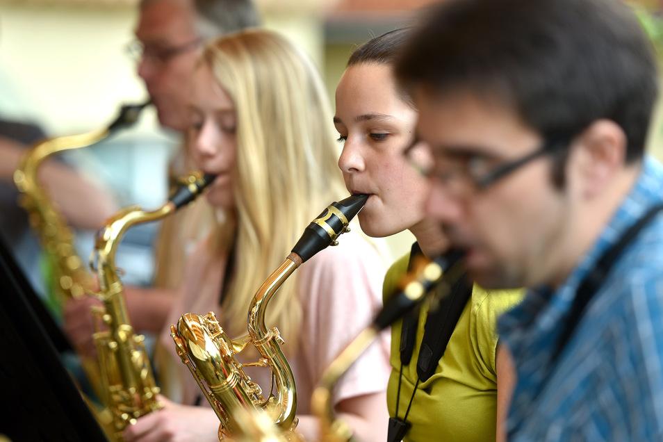 Das Sächsisches Saxophon-Orchester trat am Sonntag erstmals nach der Coronazeit wieder auf. Es spielte im DRK-Wohnpflegeheim in Zittau (Bild) und im Pflegeheim in Herrnhut.