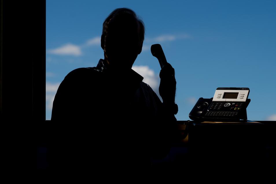 Das Telefon klingelt und ein Mitarbeiter der Polizei fordert Sie auf, Geld zu überweisen - eine Masche von Betrügern.