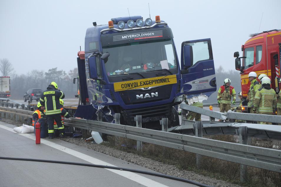 Der Lkw kam zwischen den beiden Richtungsfahrbahnen zum Stehen.