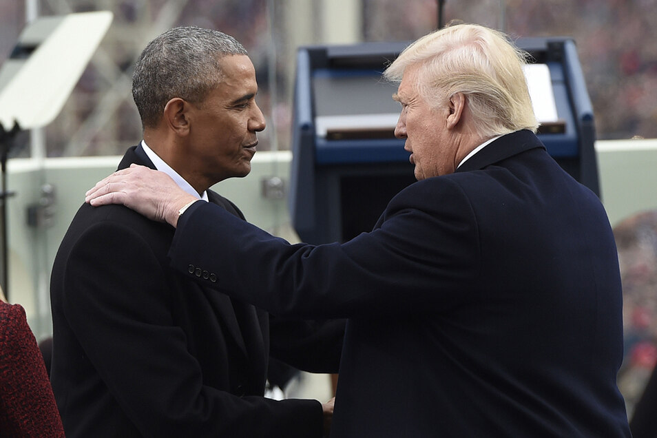Donald Trump (r), Präsident der USA, und sein Amtsvorgänger Barack Obama begrüßen sich zu Trumps Amtseinführung am 20. Januar 2017 im Kapitol.