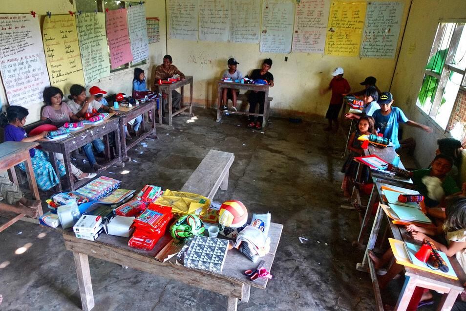 Ein Klassenzimmer in einer Dorfschule. Solche Einrichtungen unterstützt Hartmut Weder mit Schulmaterialien.