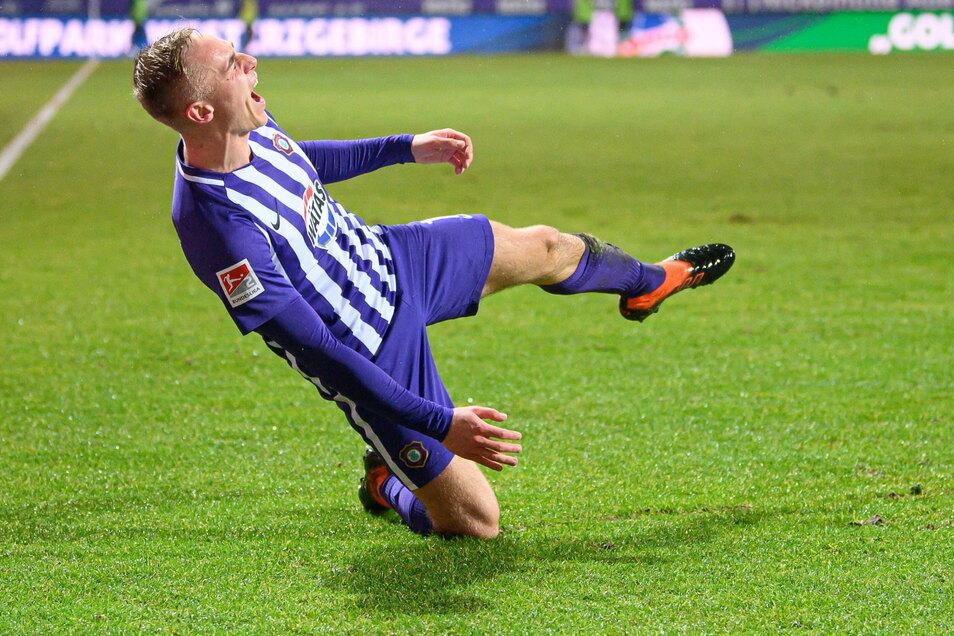 Wie jubelt man nach einem Traumtor? Florian Krüger vom FC Erzgebirge Aue lässt nach seinem Treffer zum 3:3 gegen den Hamburger SV seine Emotionen raus.