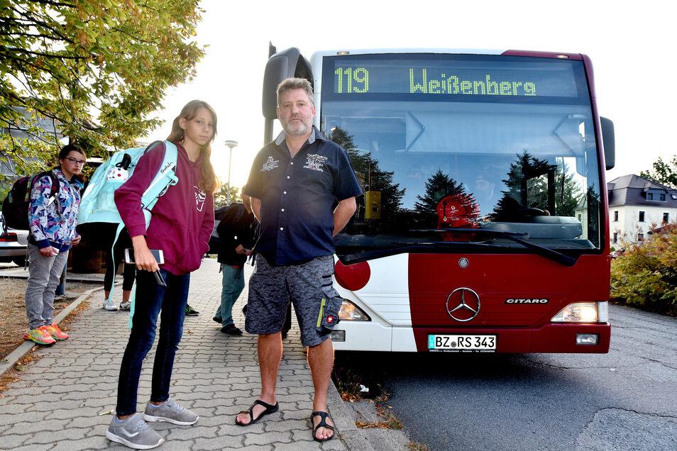 André Richter bringt seine Tochter Sarah zur Bushaltestelle in Kittlitz, damit sie zur Schule nach Weißenberg kommt. Der Bus aus der Stadt kommt zu spät an.
