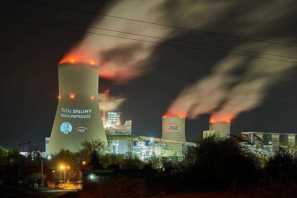 """Der neue Kraftwerksblock, angestrahlt von Greenpeace und der Aussage """"""""Hier verfeuern wir unsere Zukunft""""."""