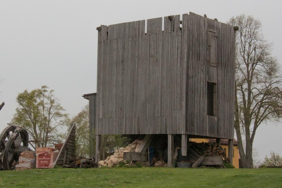 Von der einst ansehnlichen Mühle in Strocken steht im Moment nur noch ein Teil. Kammrad und Flügel liegen daneben – ohne Schutz vor Wind und Wetter.