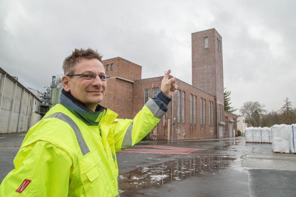 Auf den denkmalgeschützten Backsteinbau der Celltechnik in Lodenau wird eine LTE-Antenne gesetzt. Betriebsleiter Volker Altus freut sich über den dann verbesserten Mobilfunkempfang, von dem auch die Einwohner des Ortes profitieren.