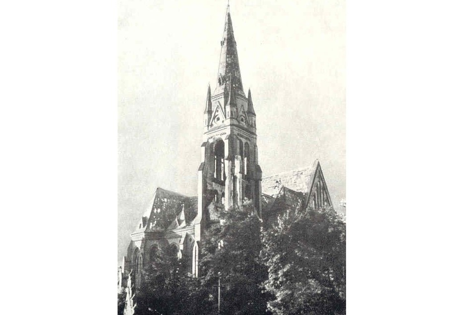 Die schwere Artillerie hat am 6. Mai 1945 starke Kriegsschäden an der Jakobus-Kirche verursacht.