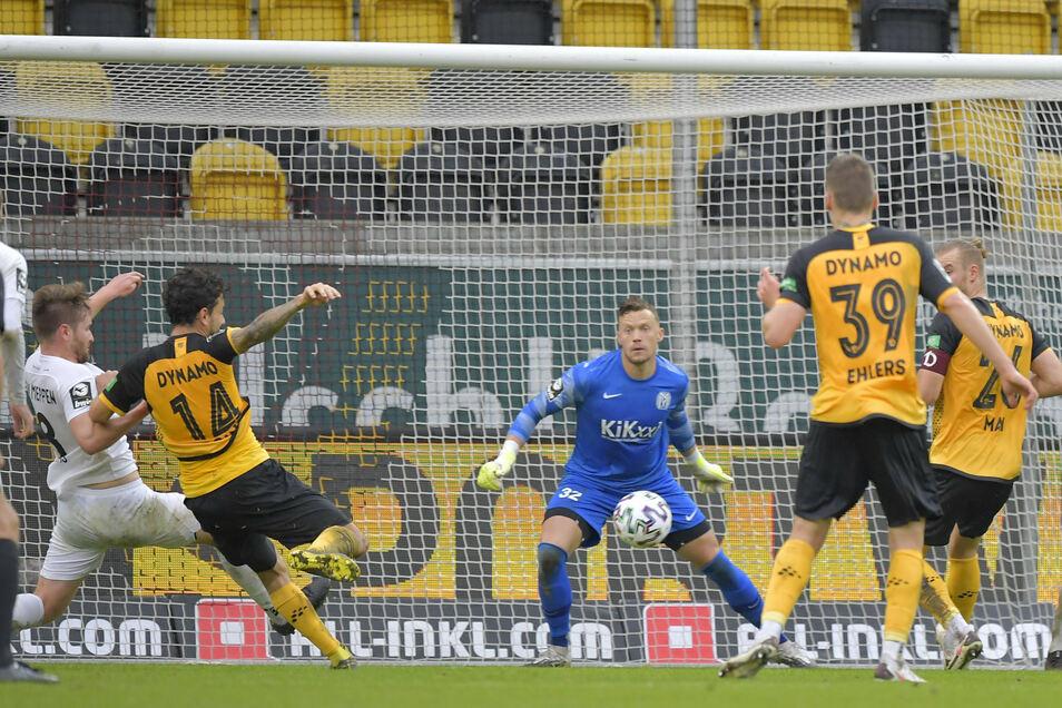 Jetzt passiert es: Philipp Hosiner (l.) erzielt das 1:0 für die Dresdner in der Nachspielzeit der ersten Halbzeit.