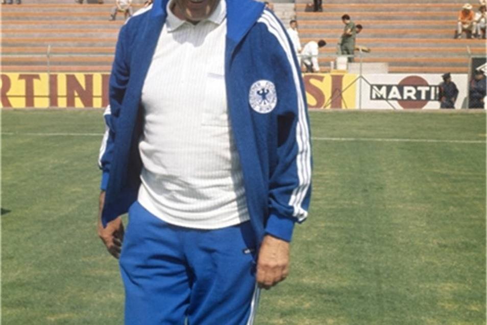 Bundestrainer Helmut Schön läuft am 3. Juni 1970 vor dem WM-Vorrundenspiel gegen Marokko über den Rasen des Staions von Leon in Mexiko.
