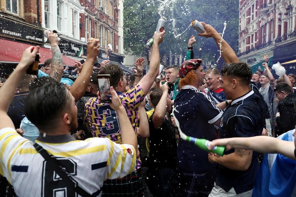 Schottische Fans feiern in London - und schleppten das Virus später wohl mit in den Norden der Insel.