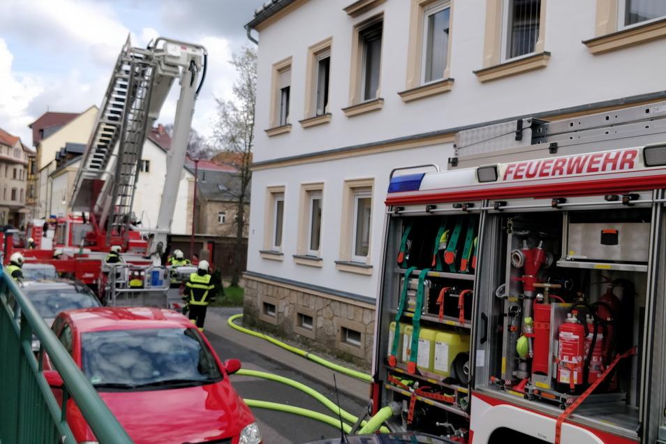 In der Gartenstraße in Dippoldiswalde ist am Donnerstagvormittag eine Wohnung im ersten Stock in Brand geraten. Die Feuerwehr kam gerade noch rechtzeitig.