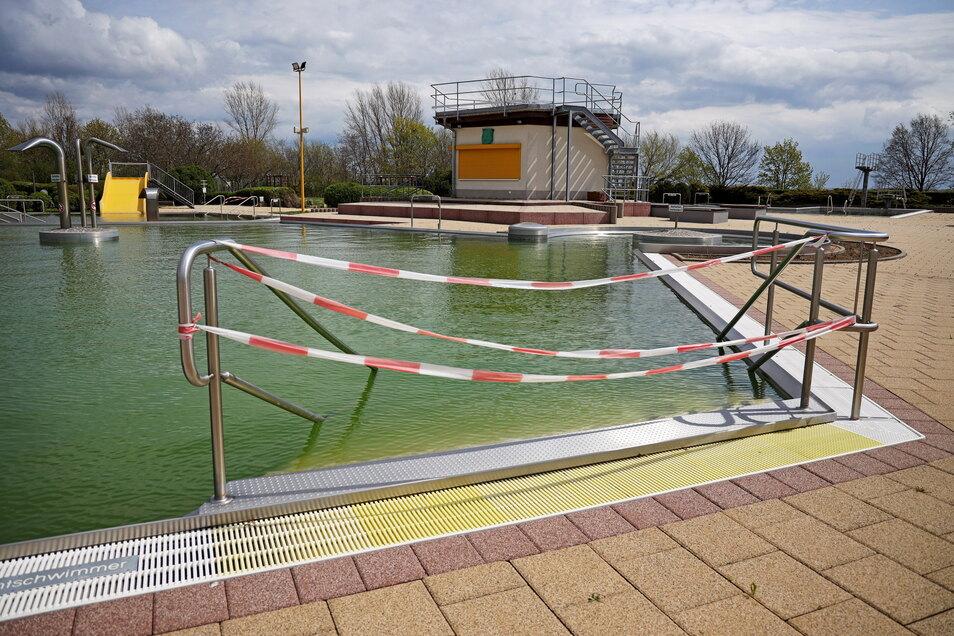 Die Treppe ins Schwimmbecken des Weidaer Bades ist gesperrt. Wann sie wieder geöffnet wird, muss sich zeigen.
